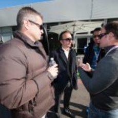 Emerson Fittipaldi y Rubens Barichello hablan en el 'paddock' del COTA