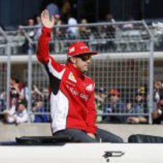 Fernando Alonso saluda al público de Austin