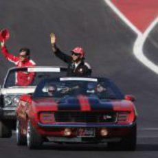 Hamilton y Alonso en el 'drivers parade' de Austin