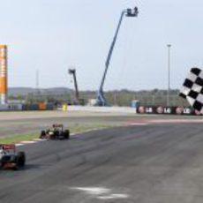 Bandera a cuadros para Lewis Hamilton en el GP de Estados Unidos 2012