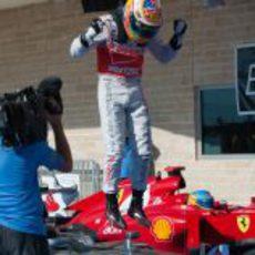 Hamilton salta sobre su coche tras ganar en EE.UU.