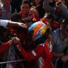 Fernando Alonso celebra el podio de EE.UU. con su equipo