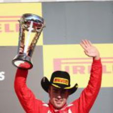 Fernando Alonso levanta su trofeo de tercero en Estados Unidos 2012