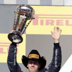 Sebastian Vettel levanta su trofeo de segundo en Estados Unidos 2012