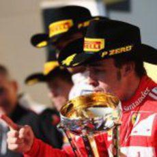 Fernando Alonso con su trofeo en el podio de Austin 2012