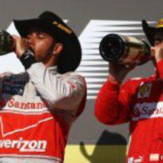 Hamilton y Alonso beben champán en el podio de Estados Unidos 2012