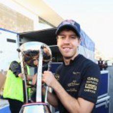 Vettel con su trofeo y la camiseta de Red Bull campeón