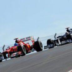 Fernando Alonso defiende posición con Pastor Maldonado en Austin