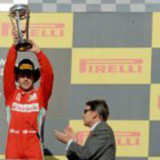 Fernando Alonso levanta su trofeo en el podio de Austin