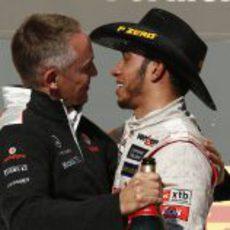 Martin Whitmarsh y Lewis Hamilton muy cariñosos en el podio