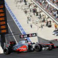 Jenson Button sube la pendiente hacia la primera curva