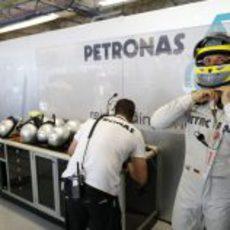 Nico Rosberg se ajusta el casco antes de subirse a su Mercedes