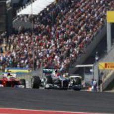 Michael Schumacher delante de Felipe Massa en la primera curva