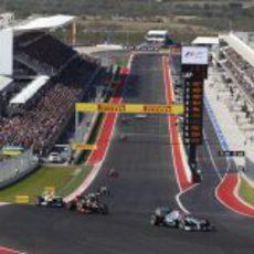 Michael Schumacher encabezando un grupo en la primera curva