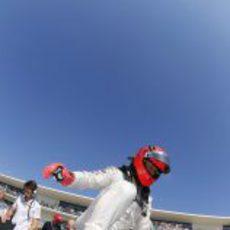 Michael Schumacher se sube a su Mercedes en la parrilla de Austin