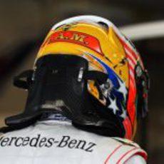 H.A.M. en el casco de Lewis Hamilton