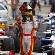 Alonso saluda tras acabar quinto