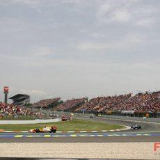 Alonso seguido por Rosberg