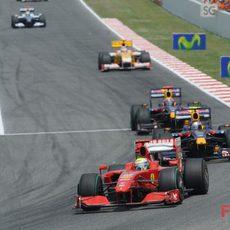 Felipe Massa a la cabeza de un grupo de coches