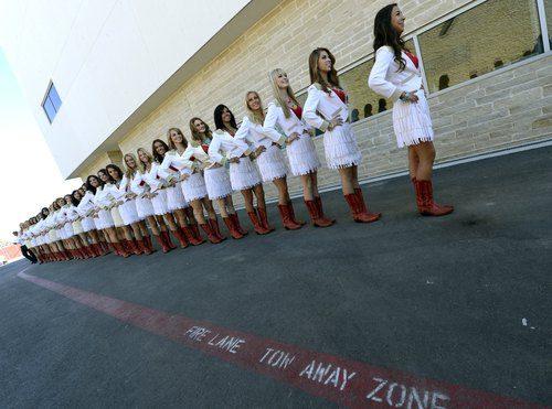 Las 'pit babes' del Gran Premio en fila y preparadas