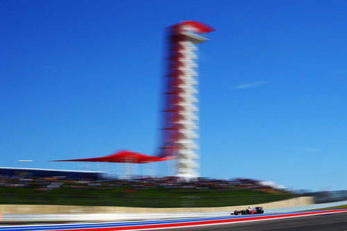 Lewis Hamilton bajo la torre del Circuito de las Américas