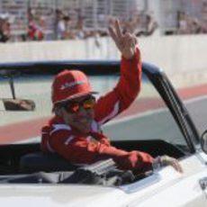 Fernando Alonso saluda en Austin antes de la carrera