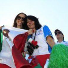 Dos mexicanas apoyando a Sergio Pérez en Austin