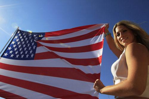 La bandera de Estados Unidos y una 'pit babe'