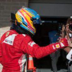 Fernando Alonso tras bajarse del coche en Austin