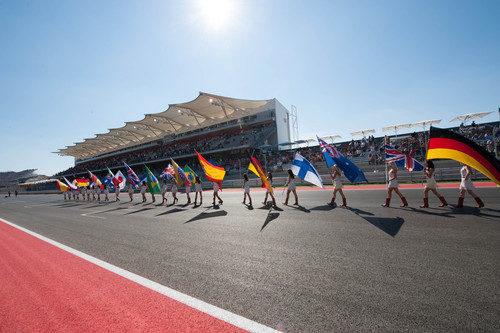 Las 'pit babes' llevan las banderas en la parrilla de EE.UU. 2012