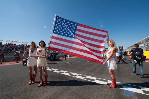 Tres 'pit babes' sujetan la bandera de Estados Unidos