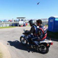Mark Webber en moto a boxes tras abandonar en EE.UU.
