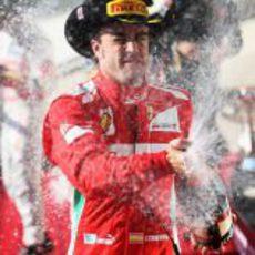 Fernando Alonso descorcha el champán en el GP de EE.UU. 2012