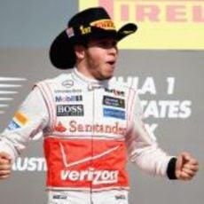 Hamilton con su gorro de vaquero en el podio de Austin