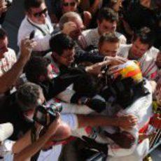 Hamilton celebra la victoria de Austin junto a su equipo