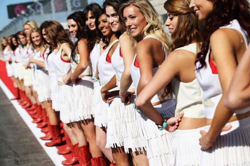 Las 'pit babes' esperan su momento en Austin