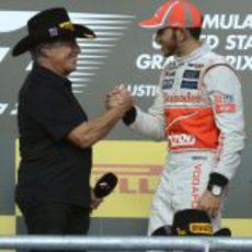 Andretti saluda a Hamilton en el podio de EE.UU.
