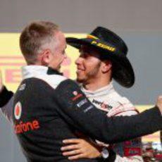 Martin Whitmarsh abraza a Lewis Hamilton en el podio de EE.UU.