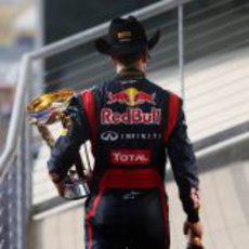 Vettel abandona el podio de Austin con su trofeo