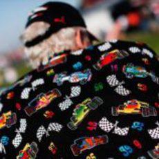 Un fan con una curiosa chaqueta en Austin