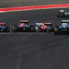 Muchos coches ruedan juntos en el Circuito de las Américas