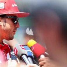 La prensa entrevista a Fernando Alonso en Brasil