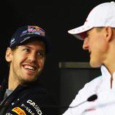 Vettel y Schumacher hablan en la rueda de prensa de la FIA el jueves en Brasil