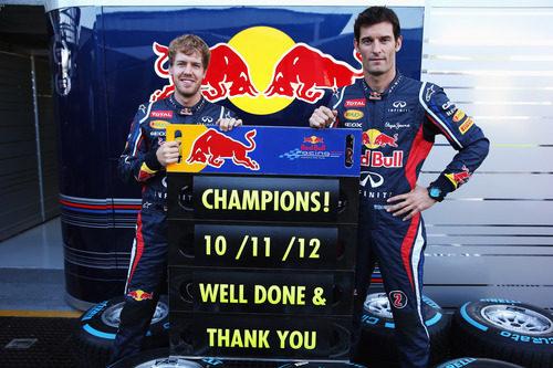 Vettel y Webber con el cartel de Campeones de Red Bull Racing