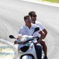 Michael Schumacher da una vuelta en moto al circuito de Interlagos