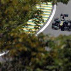Giedo van der Garde entre los árboles en Brasil 2012