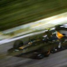 Vitaly Petrov a toda velocidad con su Caterham en Brasil