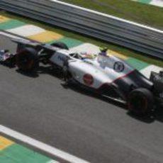 Sergio Pérez con su Sauber en los libres de Interlagos 2012