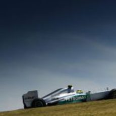 Nico Rosberg pilota bajo el soleado cielo de Sao Paulo