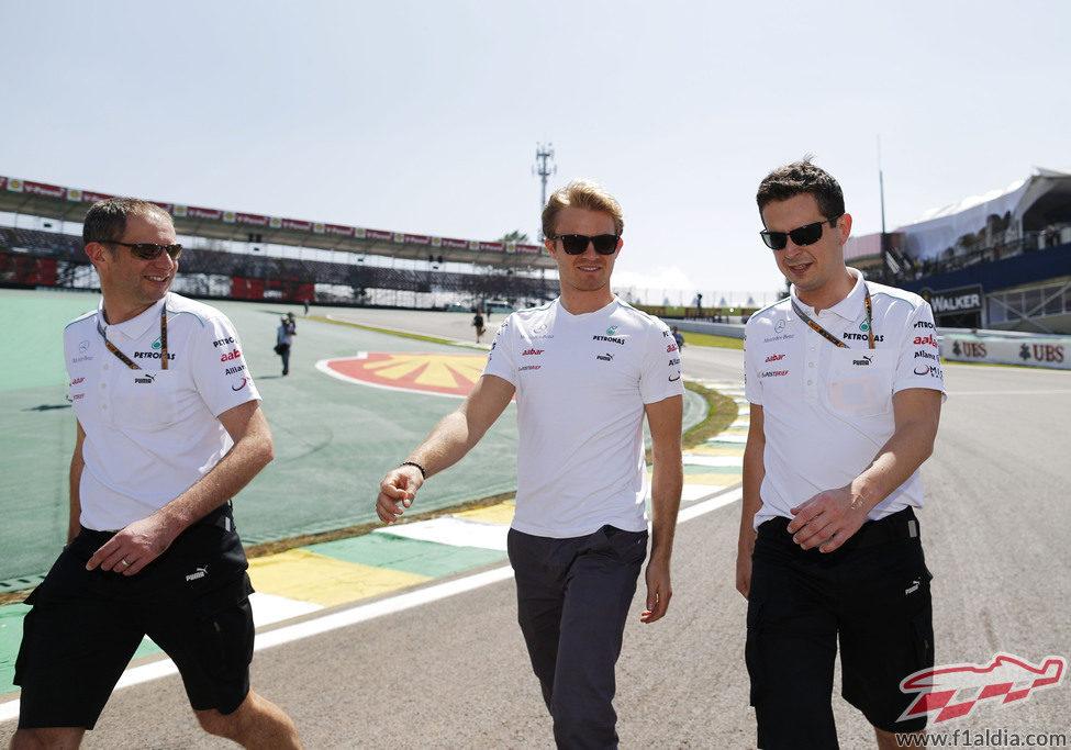 Nico Rosberg pasea junto a su equipo en el circuito de Interlagos